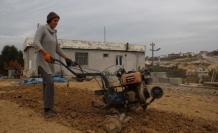 Kocası için traktör sürmeyi öğrenen kadın 15 yıldır tarladan çıkmıyor